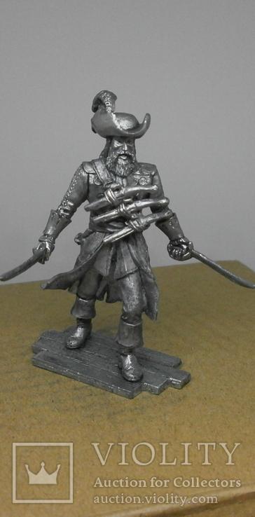 Пират с тремя пистолетами на груди., фото №8