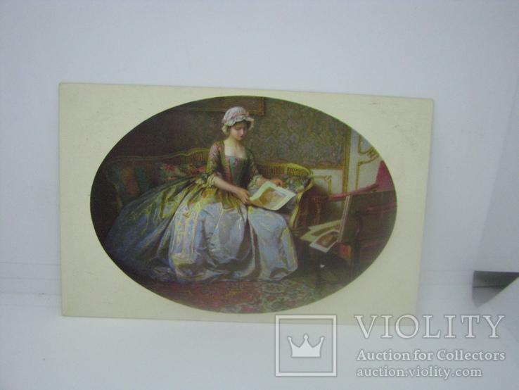 Открытка Девушка рассматривает картины, фото №2