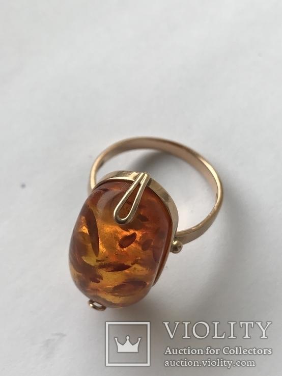 Золотое кольцо с янтарным камнем