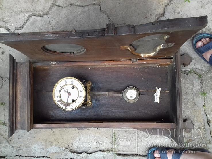 Настенные старинные часы.