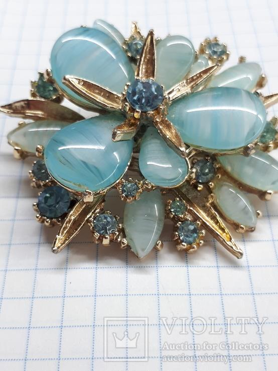 Брошь с голубыми камнями