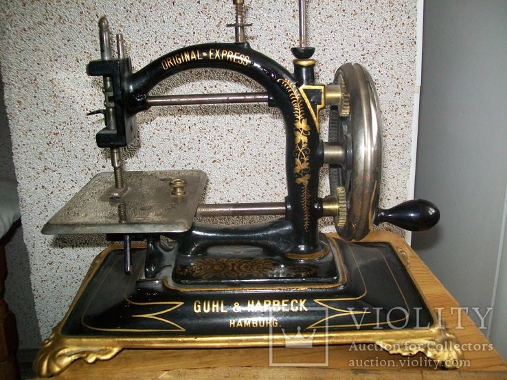 Старовинна швейна машинка.