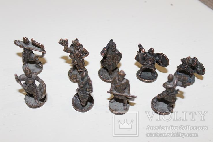 9 скульптур, з посадами, позаду є номери 402-01 та далі.