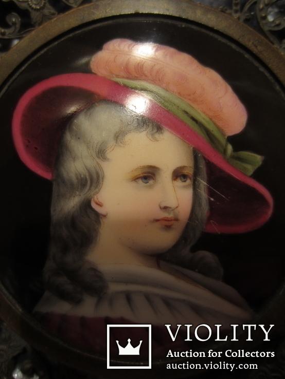 """164. Портретная миниатюра """"Девушка в шляпе"""", живопись на фарфоре, позолота, XIX век"""