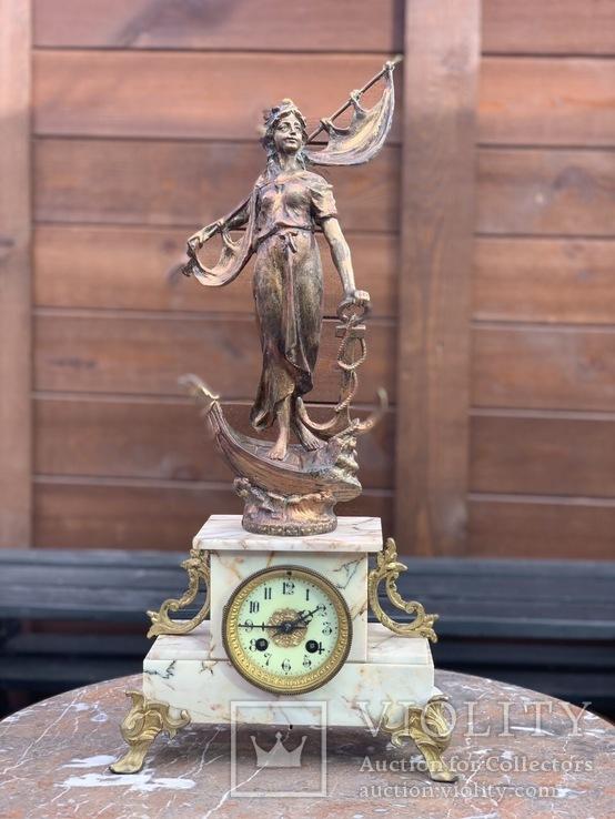 Часы каминные на мраморном пьедестале с фигурой. Винтаж. Европа