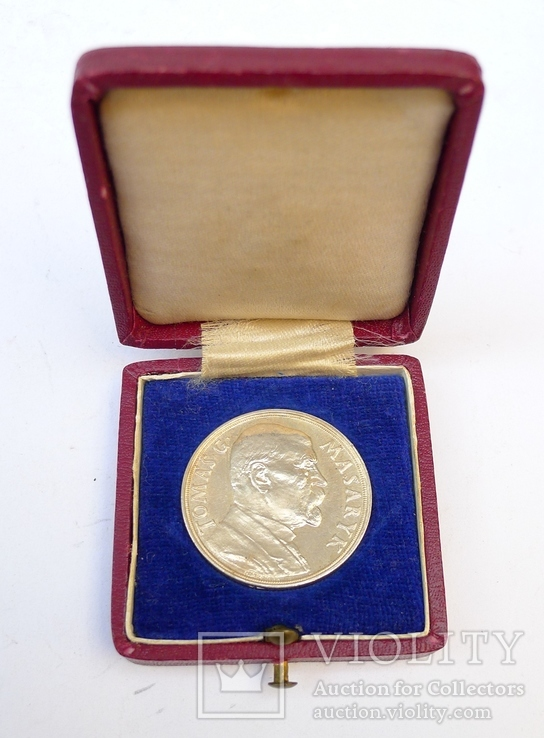 Настольная медаль в футляре. Серебро. 1935 г. Масарик.