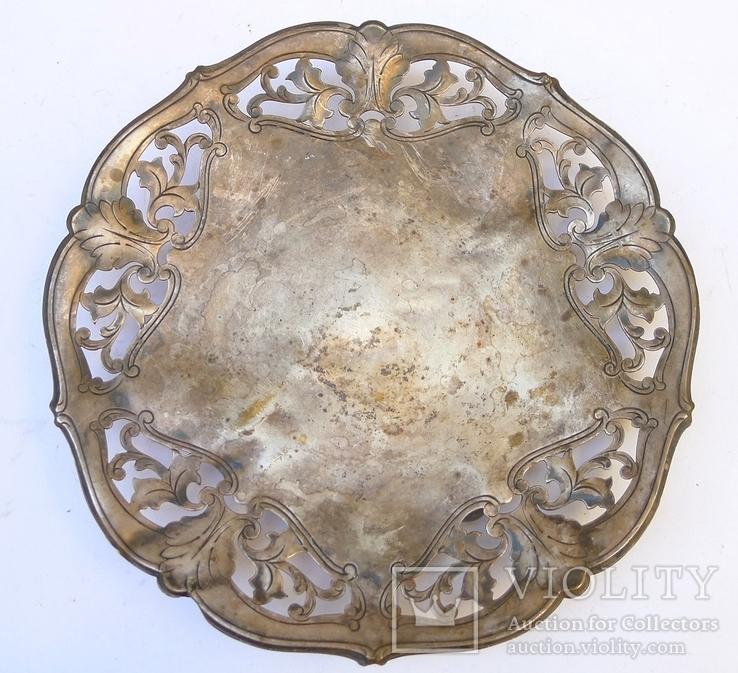 Старинная тарелка с узорами, на шаровидных ножках