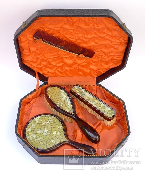 Старинный набор в футляре. Зеркало, расчёска, щётки. Перламутр, имитация панциря черепахи.
