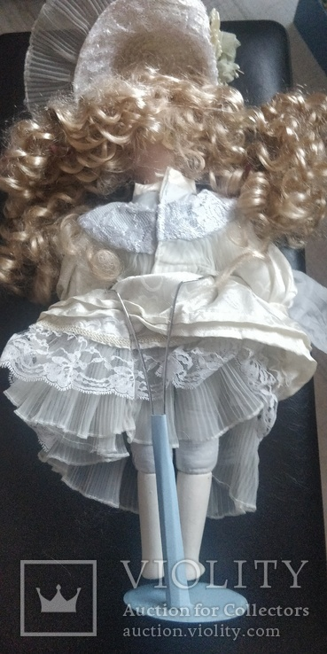 Фарфоровая кукла ,на подставке,Европа, фото №3