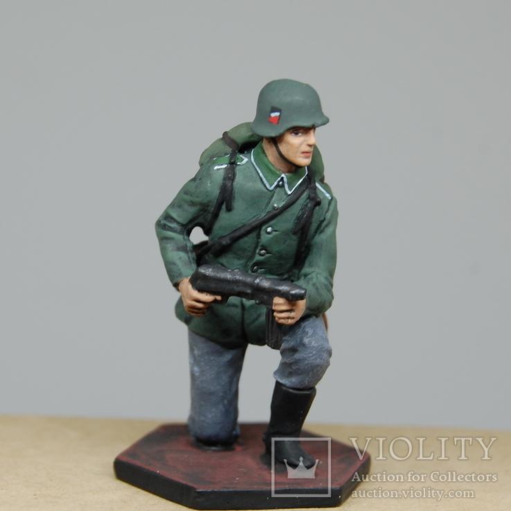 Немецкий солдат на колене с автоматом. Период ВОВ. Олово, раскрас
