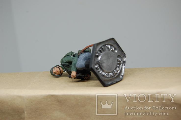 Немецкий солдат на колене с автоматом. Период ВОВ. Олово, раскрас, фото №11