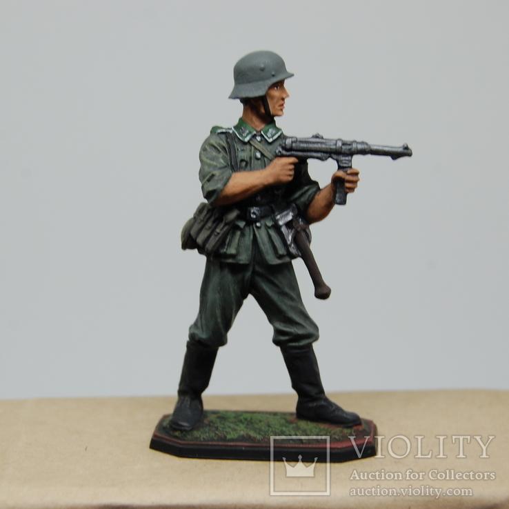 Немецкий солдат стреляет с автомата. Период ВОВ. Олово, раскрас