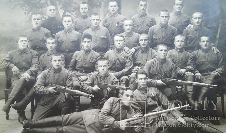 Красноармейцы 51-й стрелковой дивизии с трофейным оружием, фото №2