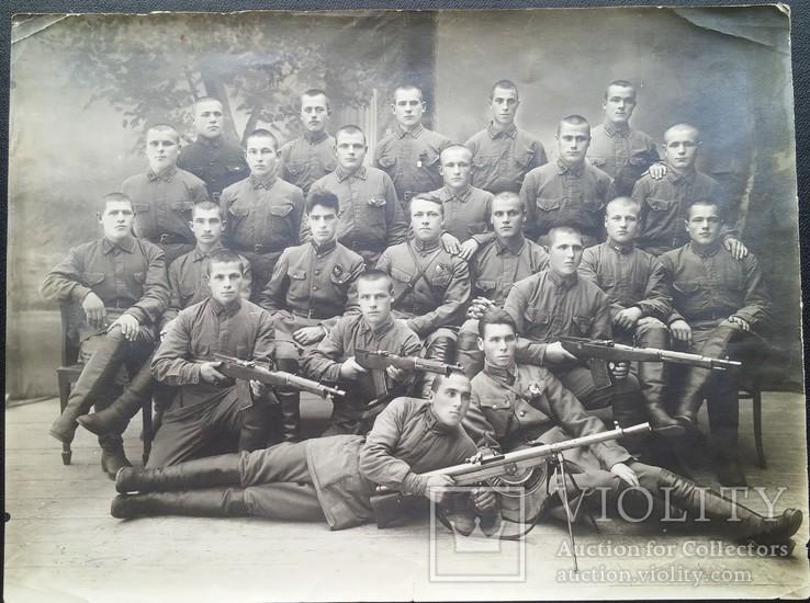 Красноармейцы 51-й стрелковой дивизии с трофейным оружием, фото №3