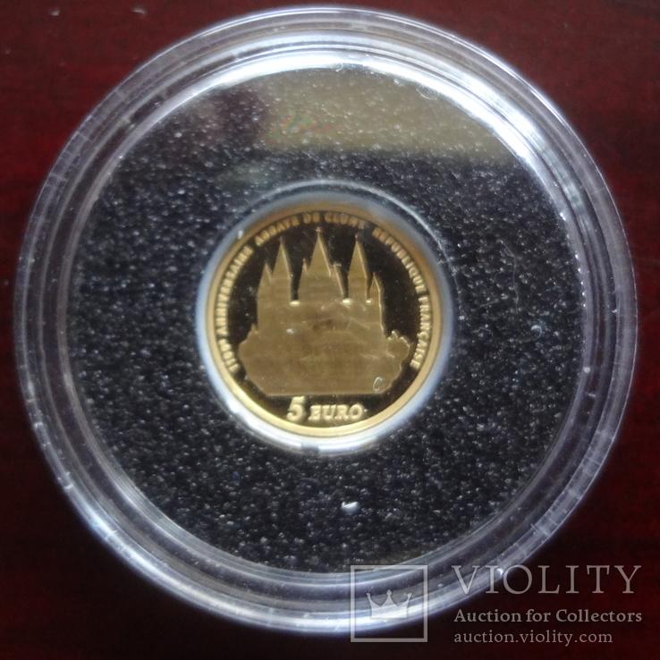 5 евро 2010 Франция 1100 лет Аббатству Клюни   золото 999  тираж 3861, фото №3