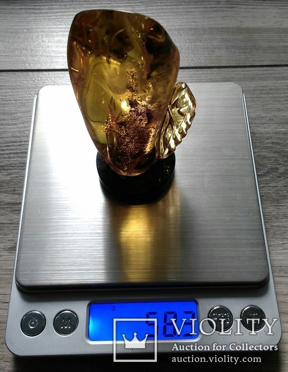 Янтарная статуэтка с инклюзом, фото №13