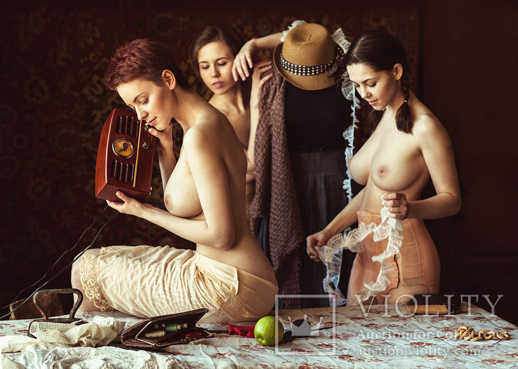 Три красивых девушки слушают антикварное радио.