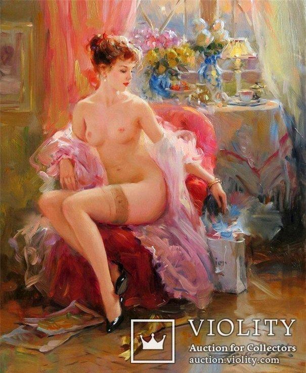 Рыжеволосая девушка сидит в кресле На столике букеты цветов