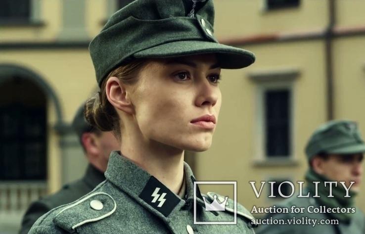 Девушка в немецкой форме СС.