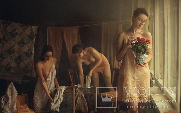 Три девушки-прачки работают в домашней прачечной.