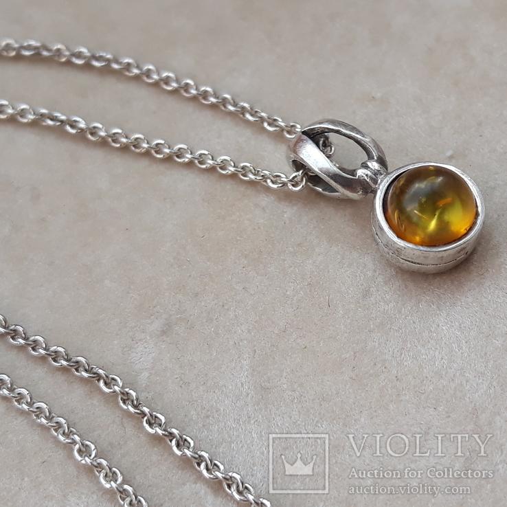 Серебрчный кулон с янтарем, на цепочке
