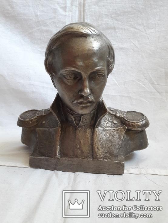 Бюст Лермонтова.