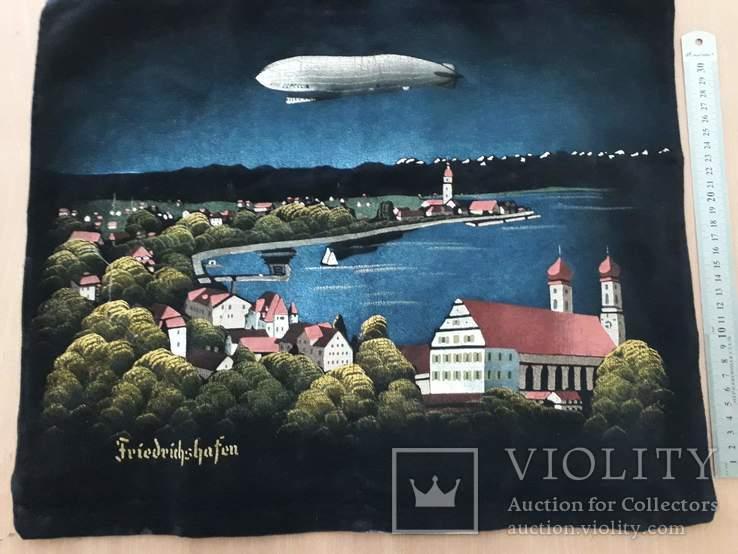 """ Zeppelin "" над городом Friedrichshafen"
