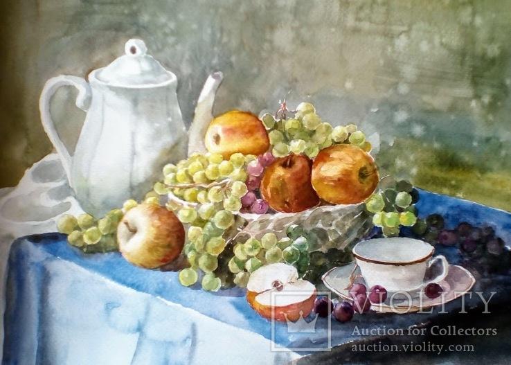 Белый чайник и фрукты