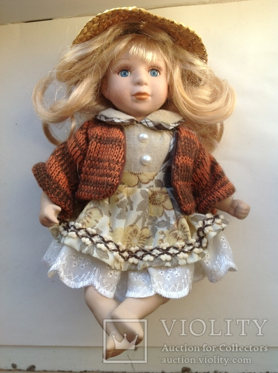 Фарфоровая кукла в соломенной шляпе, фото №3