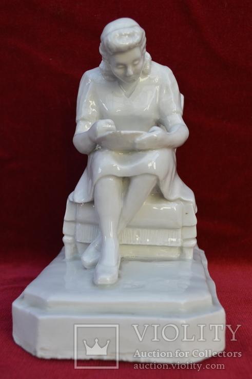 Статуэтка Девушка с тарелкой в кресле. Автор Хачадурьян 1948 год., фото №2