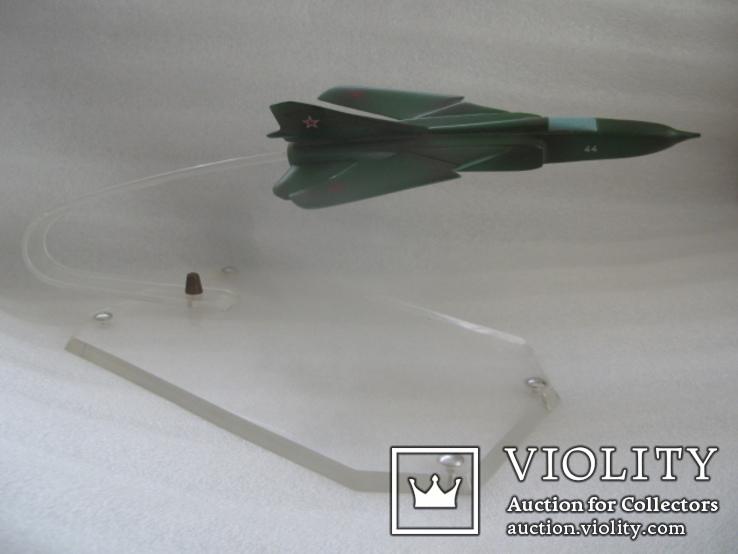Модель истребителя МиГ ручной работы времён СССР.