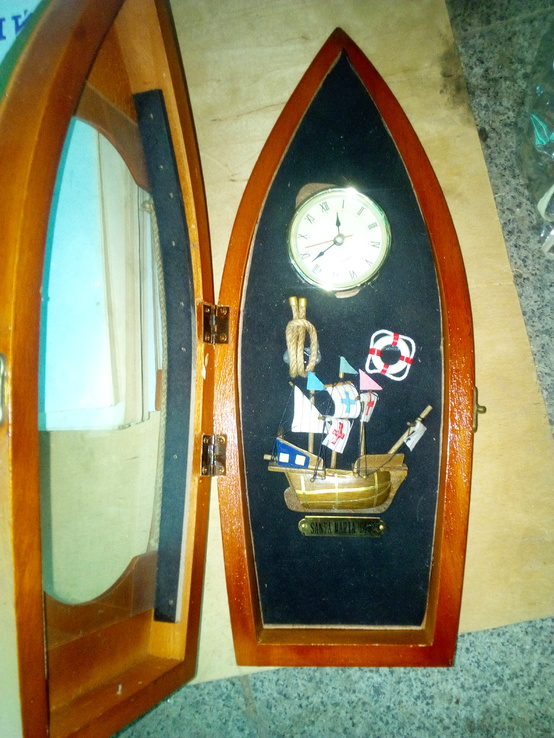 Годинник оформлений у лодочці. Лодка і годинник