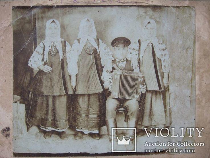 Фото старое,женщины в нарядах  с гармонистом, фото №2