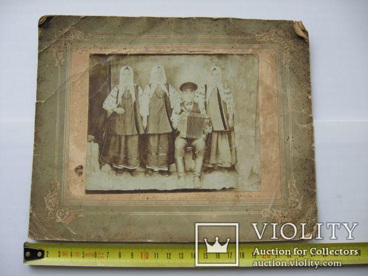 Фото старое,женщины в нарядах  с гармонистом, фото №3