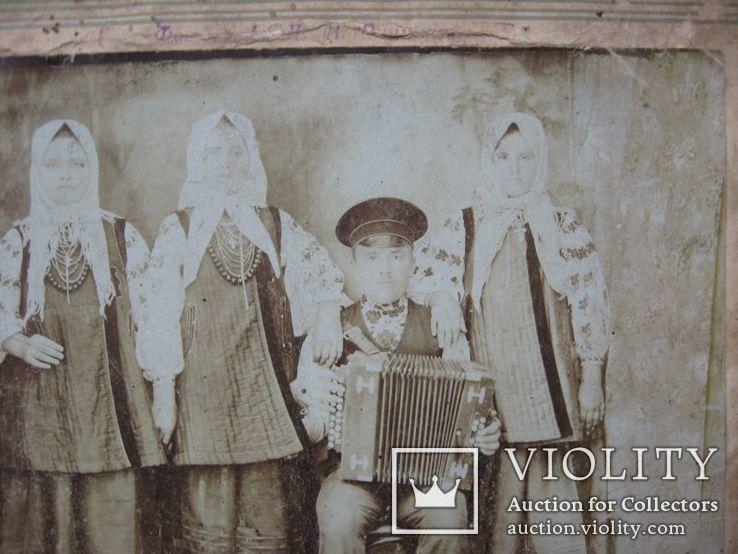 Фото старое,женщины в нарядах  с гармонистом, фото №5