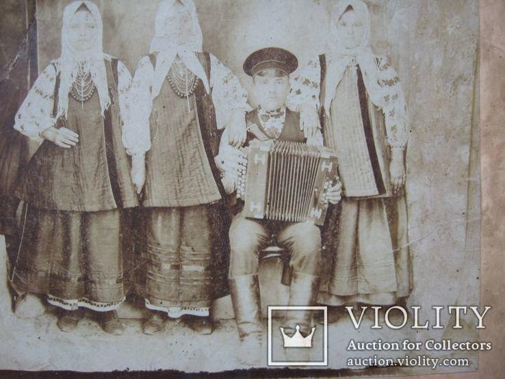 Фото старое,женщины в нарядах  с гармонистом, фото №6