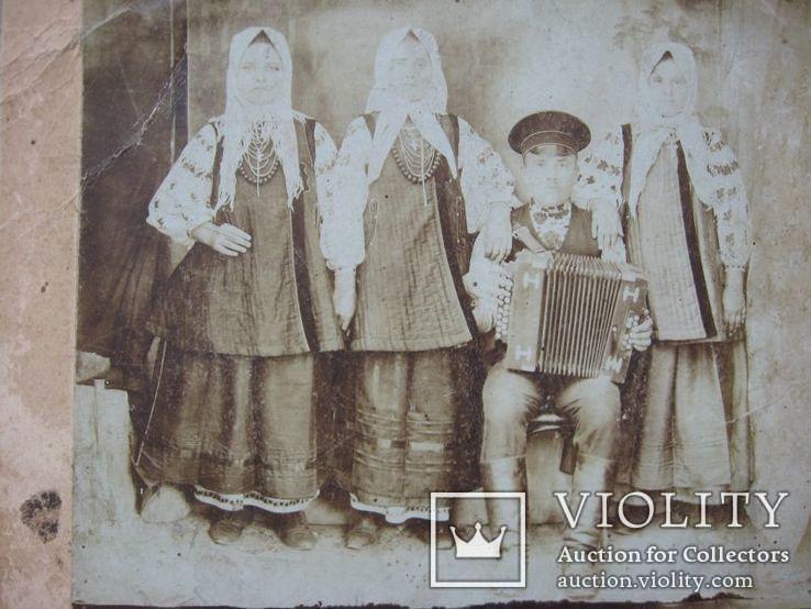 Фото старое,женщины в нарядах  с гармонистом, фото №7