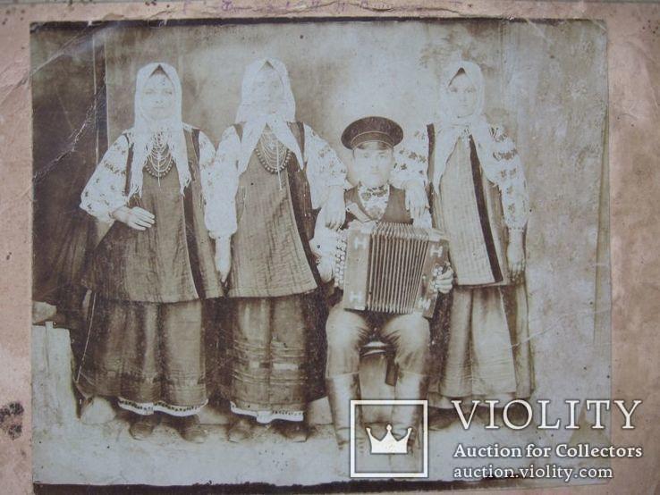 Фото старое,женщины в нарядах  с гармонистом, фото №8