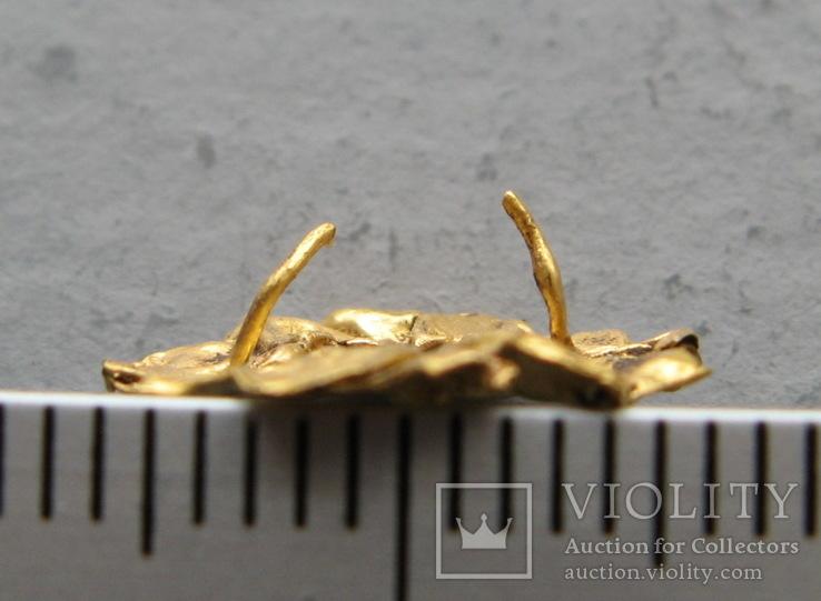 Золотая накладка с крепежными элементами ( усиками )., фото №3