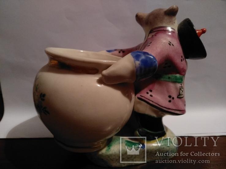Фарфоровая статуэтка медведь держит бочку., фото №8
