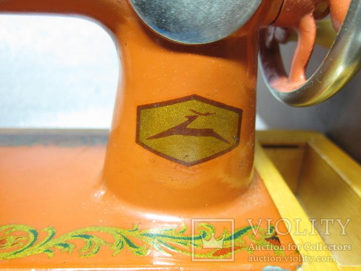 Детская швейная машинка СССР в родной коробке, фото №4