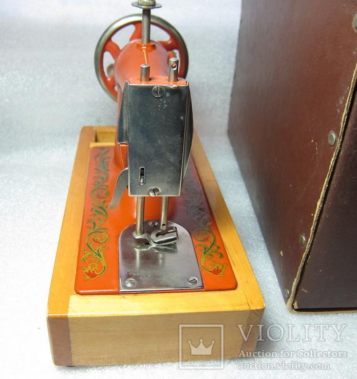 Детская швейная машинка СССР в родной коробке, фото №6