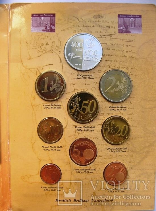 """Нидерланды, 1 серебряная рупия """"400 лет VOC"""" + евро-набор 2002 PROOF, фото №2"""