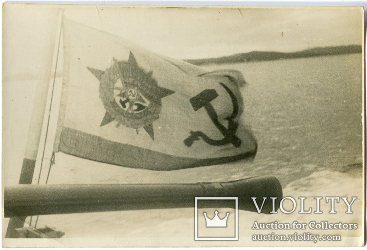 Орудийный ствол на фоне кормового флага, фото №2