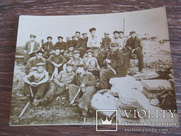 Группа рабочих на стройке, фото №2