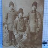 Фото: Трое молодых мужчин в зимней одежде., фото №2