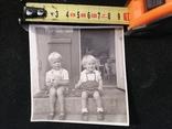 Хлопчик та дівчинка сидять на сходинці, фото №4