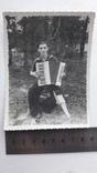 Мужчина с гармошкой.деревянный протез на ногу, фото №2