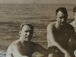 Человек похожий на Тома Хенкса в конце 40-х на море с мужиками, фото №5