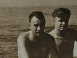 Человек похожий на Тома Хенкса в конце 40-х на море с мужиками, фото №2